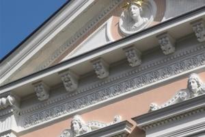 Der Malerbetrieb Ahlemann hat die komplette Sanierung der denkmalgeschützten Fassade des Kaiserhofes in Warendorf ausgeführt. Hier die fertige Fassade mit dem Jungengesicht<br />