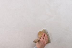 Der zweite Auftrag der StoColor Metallic/Ballotini-Mischung erfolgt, wenn die Wand wieder trocken ist