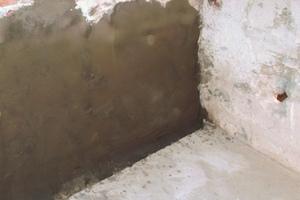 """<span class=""""bildnachweis""""><strong>Im unteren Teil der porösen und von Feuchtigkeit belasteten Wände trugen die Handwerker die Spezial-Dichtschlämme Saniment DS auf</strong></span>"""