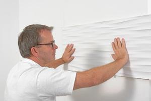 Jedes Paneel sollte der Handwerker ordentlich an der Wand andrücken