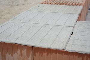 """Das """"maxit mörtelpad"""" besteht aus trockenem Leichtdünnbettmörtel, Glasfasergewebe und wasserlöslichem Schmelzkleber und wird direkt auf das befeuchtete Mauerwerk aufgelegt"""