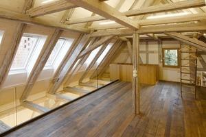 Im Dachgeschoss endet der neu verlegte Dielenfußboden 1 m vor der Traufe. So gelangt das Tageslicht der Dachfenster auch bis ins Erdgeschoss<br />