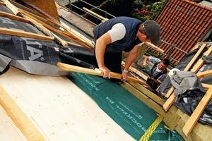 Um der Form des gebogenen Zollingerdachs folgen zu können, verwendeten die Zimmerleute zwei 80 mm breite Latten als Konterlattung