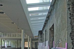 Der Übergang zwischen dem Alt- und dem Neubau wird durch ein Lichtband in der Decke in Szene gesetzt<br />Foto (links): Szyszkowitz-<br />Kowalski+Partner ZT