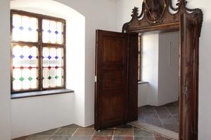 Handwerklich aufwendig gestaltete Türgewände im Obergeschoss
