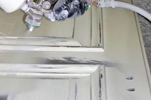 Zum Isolieren gegen Holzinhaltsstoffe eignen sich am besten lösemittelhaltige Grundierungen<br />Fotos: Zero-Lack