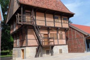 Bei der Restaurierung des Fachhwerkspeichers führten Kramp & Kramp die Maurer-, Tischler- und Zimmerarbeiten aus