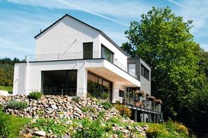 Großzügige Fensterflächen nutzen das einfallende Sonnenlicht energetisch optimal. Die Trocal-Fensterprofile mit Thermo-Mitteldichtungssystem verhindern durch ihre Sechs-Kammer-Technik Wärmeverlust<br />