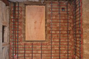 Für die Wandheizung des Fachwerkgebäudes wurden insgesamt 500 m Uponor Verbundrohr MLCP RED verlegt<br />