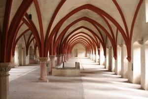 Blick in das von Gewölben überspannte ehemalige Laiendormitorium im Erdgeschoss des Konversenbaus<br />
