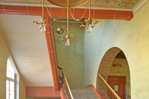 """Die vorhandene Malerei wurde im Treppenhaus nach Befundlage wieder hergestellt. Typisch auch hier die Jugendstilmalerei, bei der mit einer feinen Patina-Lasur ein natürlicher Alterungseffekt nachgestellt wurde<span class=""""bildnachweis"""">Fotos: Diessner</span>"""