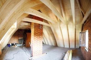 Das gebogene Zollingerdach bauten die Zimmerleute aus Bogenleimbindern mit Kehlbalken