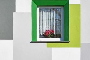 Die abgestimmte Farbfassung um die Fenster integriert die vertieften Fensterleibungen, die durch die Wärmedämmung entstanden sind, in das Gesamtbild der Fassade