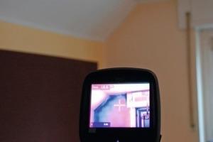 Infrarotdarstellung der Flir E60: Man kann schon auf dem Display bestens die Temperaturunterschiede an der Innenseite dieser Außenwand sichtbar machen<br />