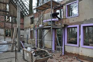 Befestigung der PU-Dämmschürzen um die Fensterleibungen<br />